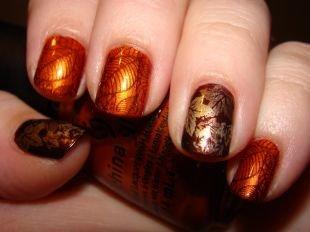 Разный маникюр на ногтях, оранжевые листья на ногтях