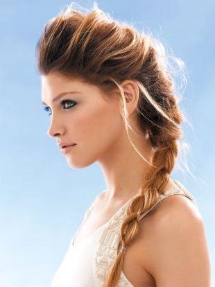 Медно русый цвет волос, прическа с бохо-косой и высокой макушкой