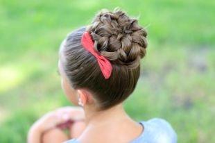 Прически с косами на выпускной на длинные волосы, прическа для школы на основе пучка