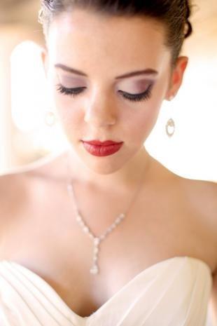 Макияж для брюнеток с красной помадой, яркий свадебный макияж
