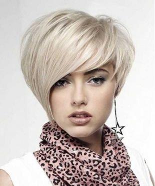 Жемчужно пепельный цвет волос, асимметричный боб на короткие волосы
