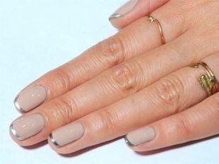 Французский маникюр на коротких ногтях, бежевый френч с серебристыми кончиками