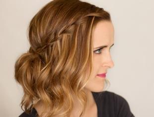 Темно карамельный цвет волос на средние волосы, красивая школьная прическа на основе полураспущенных волос