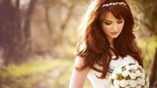 Светло каштановый цвет волос на длинные волосы, романтичная свадебная прическа на длинные волосы