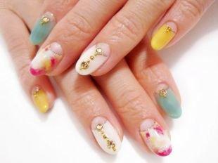 Дизайн ногтей жидкие камни, многоцветный лунный маникюр со стразами