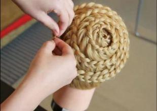 Модные прически для девочек, прическа с плетением «улитка»
