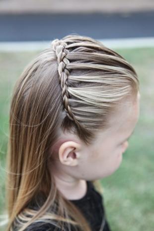 Пепельно русый цвет волос, детская прическа с косичкой-ободком