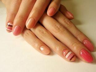 Персиковый маникюр, маникюр в полоску на коротких ногтях