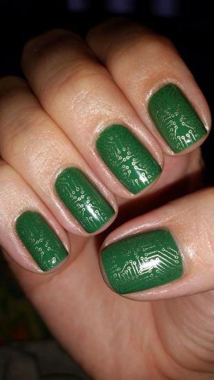 Современные рисунки на ногтях, темно-зеленый маникюр со схематическим рисунком