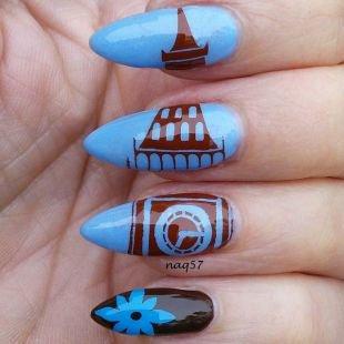 Современные рисунки на ногтях, голубой маникюр с оригинальными коричневыми рисунками