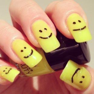 Нарощенные ногти, желтый маникюр со смайликами