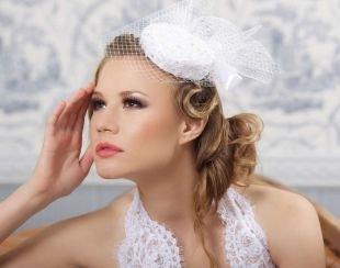 Светло русый цвет волос, свадебная прическа на средние волосы с маленькой шляпкой