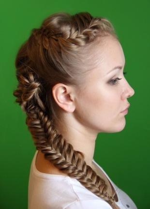 Темно русый цвет волос, праздничная прическа с косами