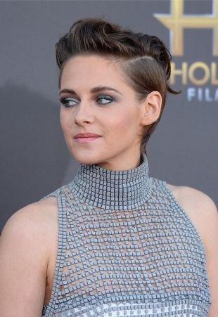 Холодный цвет волос на короткие волосы, волнистая укладка короткой стрижки