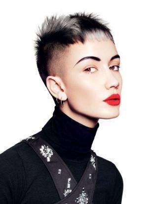 """Черный цвет волос, короткая стрижка для девушек в стиле """"панк"""""""