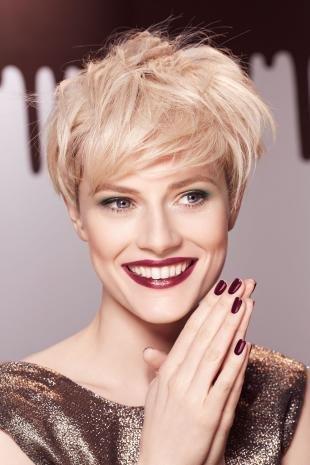 Макияж для блондинок с красной помадой, великолепный макияж под золотистое платье
