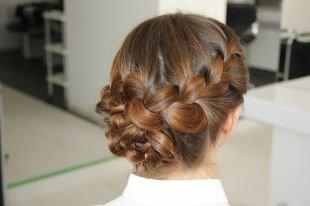 Коричнево рыжий цвет волос, красивая прическа со сложным плетением