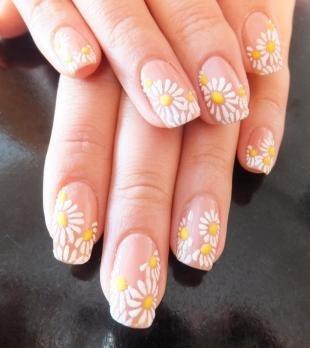 Рисунки акриловыми красками на ногтях, бежевый маникюр с ромашками