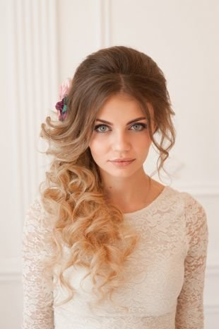 Цвет волос шоколадный блондин, пышная свадебная прическа с низким конским хвостом, уложенным на бок