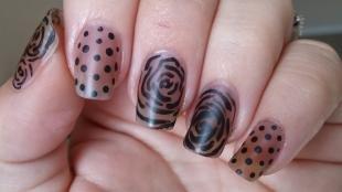 Маникюр с розами, черные рисунки на коричневых ногтях