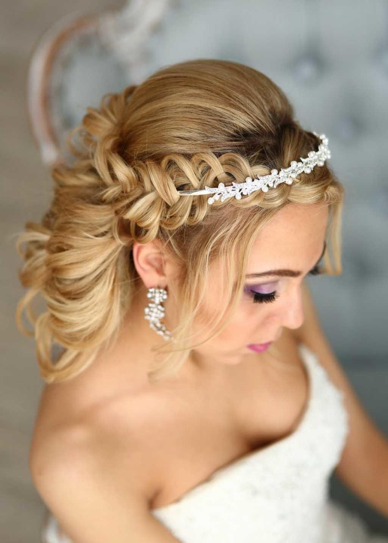 Свадебная прическа на длинный волос с диадемой