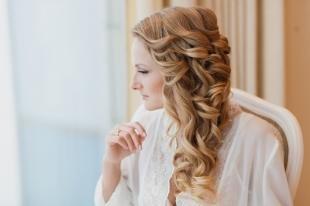 Золотисто русый цвет волос, прическа с локонами на длинные волосы