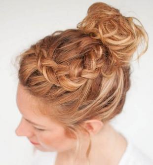 Золотисто рыжий цвет волос, прическа на длинные волосы с косой и пучком