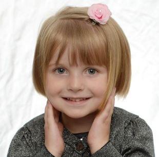 Праздничные детские прически на короткие волосы, детская прическа на выпускной с розочкой