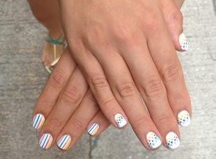Рисунки на белом ногте, разноцветный короткий маникюр в точку и полоску