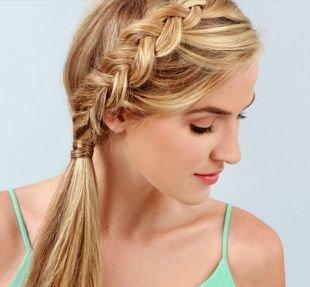 Цвет волос теплый блонд, прическа на 1 сентября - наружная французская коса, заплетенная сбоку