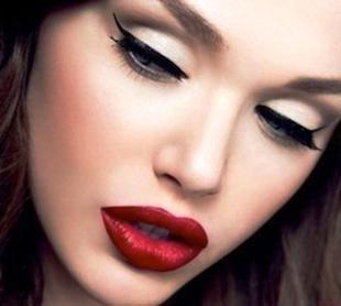 Макияж с красной помадой, сексапильный вечерний макияж