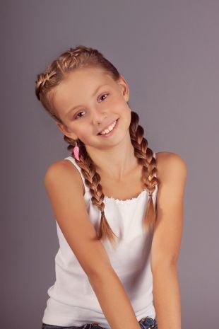 Карамельный цвет волос на длинные волосы, прическа в школу с двумя французскими косами