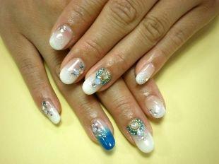 Свадебный маникюр на короткие ногти, свадебный французский маникюр с голубыми и белыми стразами