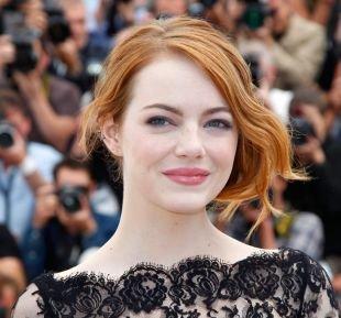 Светло рыжий цвет волос, прическа для круглого лица с уложенными на бок локонами