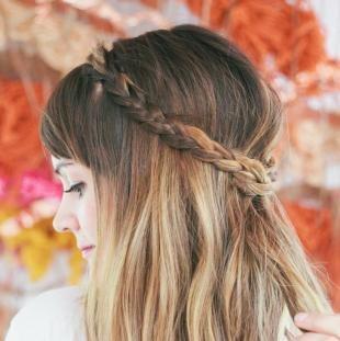 Греческая прическа с челкой, косичка-ободок на распущенных волосах