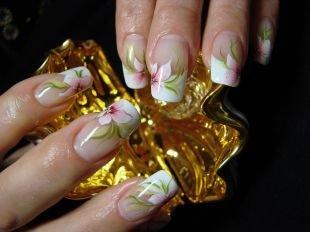 Китайская роспись ногтей, френч с цветами на нарощенных ногтях