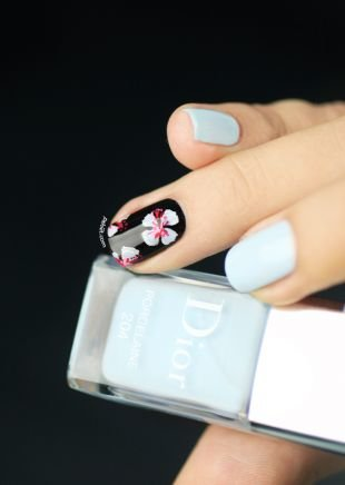 Маникюр с цветами, светло-голубой маникюр по фен-шуй с цветами на коротких ногтях