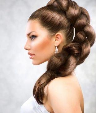 Коричневый цвет волос, объемная коса в хвосте на выпускной