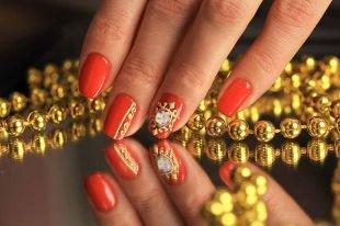 Дизайн коротких ногтей, алый маникюр с золотым узором на выпускной