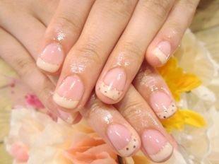 Персиковый маникюр, французский маникюр на коротких ногтях в горошек
