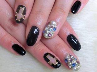 Дизайн ногтей со стразами, эффектный маникюр с золотистыми крестами