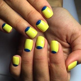 Летний маникюр на коротких ногтях, желтый лунный маникюр с синими лунками