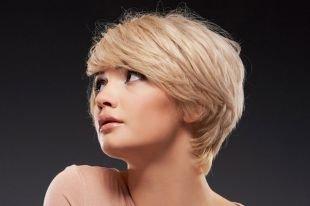 Цвет волос теплый блонд, короткие стрижки для женщин после 40 лет с густыми волосами