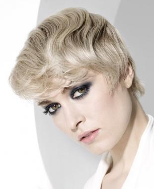 Цвет волос холодный блонд, вариант укладки коротких вьющихся волос