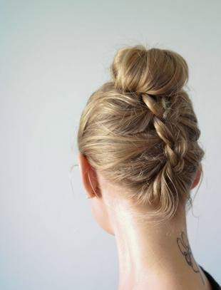 Цвет волос темный блондин, обратная коса с пучком