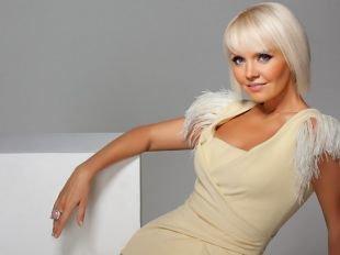 Цвет волос холодный блонд, стильная короткая стрижка для женщин после 40 лет