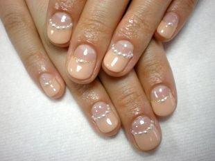Лунный френч, французский маникюр на коротких ногтях с камнями