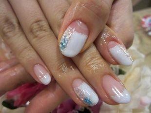 Красивый дизайн ногтей, блестящий свадебный маникюр