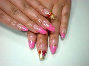 Французский маникюр гель лаком, нарощенные ногти  - розовый френч с золотистой полосочкой и цветочками