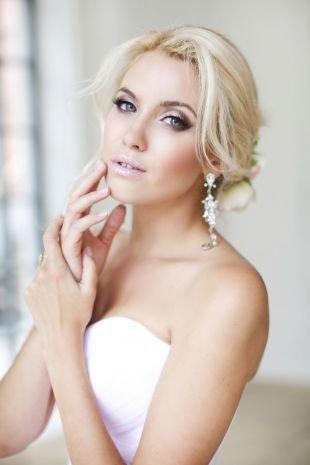Цвет волос теплый блонд, лаконичная свадебная прическа на средние волосы